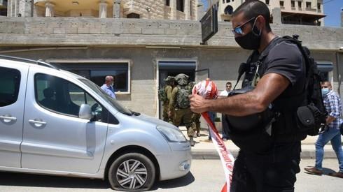 El auto impactado por una bala disparada desde Siria y las FDI operando en el área.