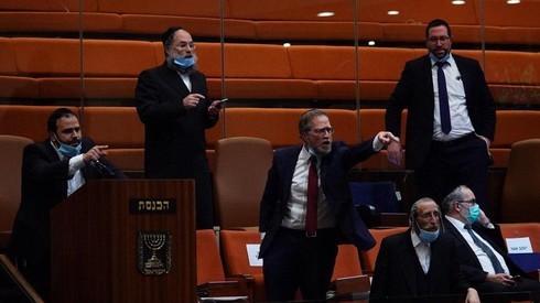 Los miembros de la Knesset ultraortodoxos reaccionan furiosamente cuando un proyecto de ley que prohíbe la terapia de conversión gay obtiene su aprobación preliminar de la Knesset.