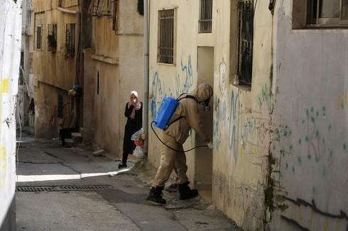 Un trabajador de salud palestino desinfectando una casa en Belén.