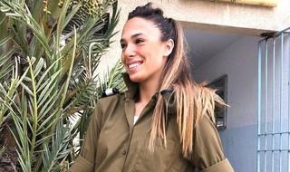 Tehila Levi con el uniforme de soldado.