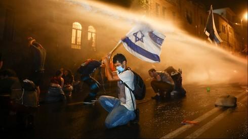 Nimrod Gross, alcanzado por el golpe de un camión hidrante durante una protesta la semana pasada en Jerusalem.