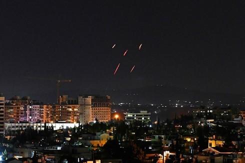 Los misiles de defensa sirios son disparados durante un ataque aéreo atribuido a Israel la semana pasada.