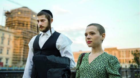 Shira Haas como Esty y Amit Rahav como Yakov en Unrthodox.