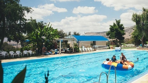 La piscina del hotel boutique Snir.