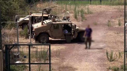 Vehículo militar estacionado en la zona.