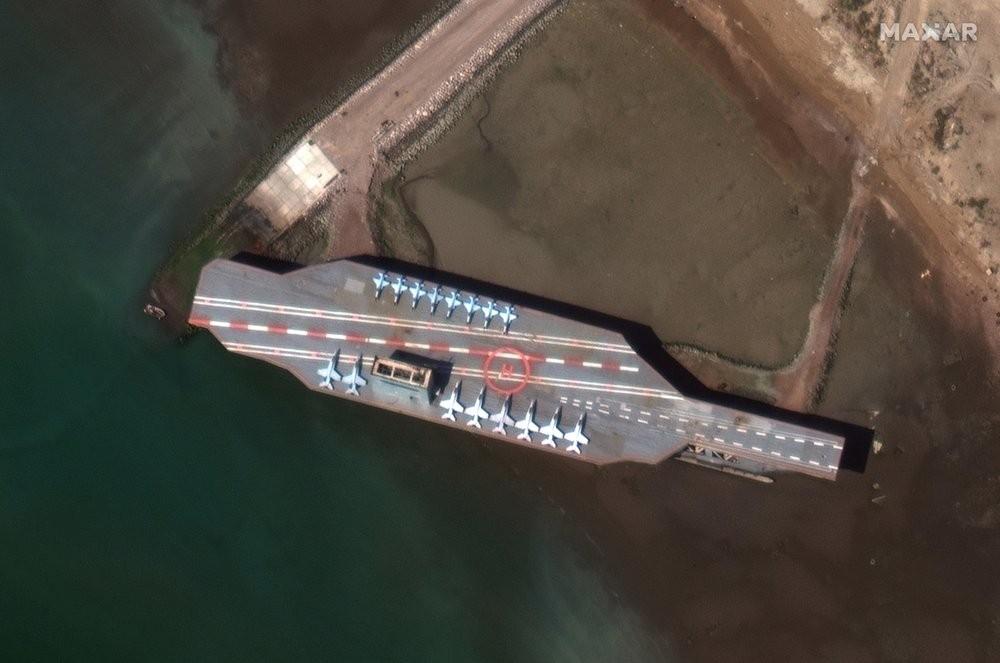 La maqueta de portaaviones que construyó Iran para el ejercicio militar.