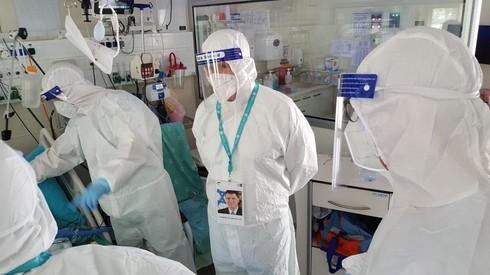 Yuli Edelstein, ministro de Salud, visita la sala de atención por coronavirus en el Centro Médico Sheba.