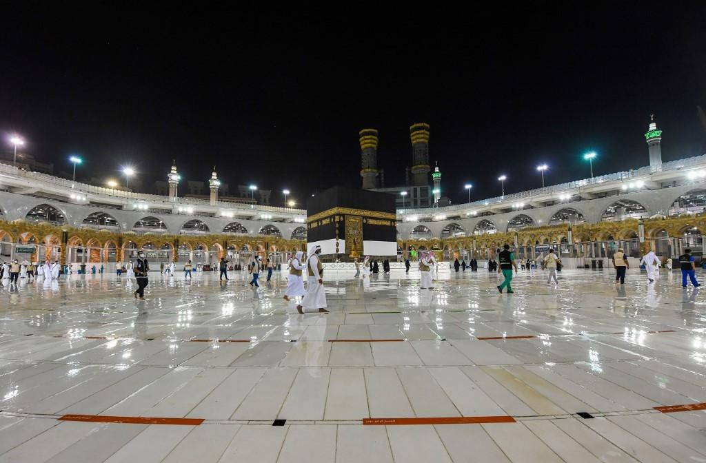 Pocos fieles alrededor de la Kaaba, el santuario más sagrado del islam.