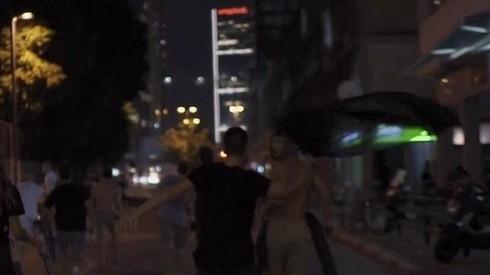 Un supuesto seguidor de Netanyahu ataca a un manifestante.