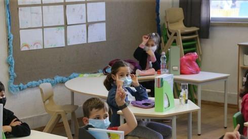 Niños en un aula de escuela primaria en Tel Aviv.
