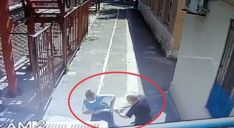 Un hacha tomada de un intruso por un guardia de seguridad en la sinagoga de Mariupol, Ucrania, 28 de julio de 2020.
