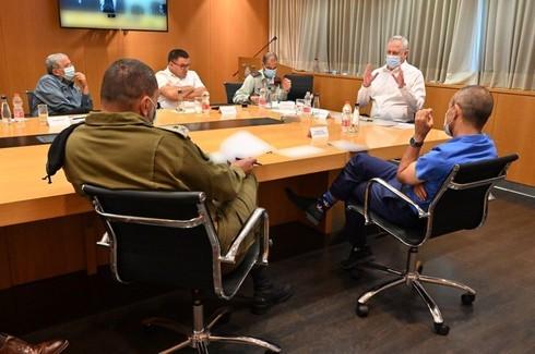 """El ministro de Defensa, Benny Gantz, y el """"zar"""" del coronavirus, profesor Ronni Gamzu, se reúnen con oficiales del Comando del Frente Interior."""