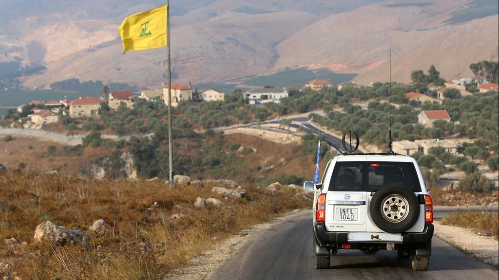 Una bandera de Hezbollah izada en el sur del Líbano, a metros de la frontera con Israel.