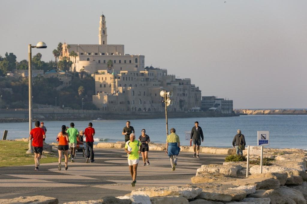El paseo costero de Tel Aviv y de fondo Jaffa, una ciudad antigua que cuenta su historia a través de su arquitectura.
