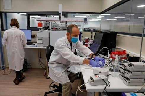 Operador de laboratorio en el norte de Israel que prueba el alcoholímetro.