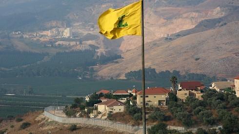 Una bandera de Hezbolá ondea cerca de la frontera entre Israel y el Líbano.
