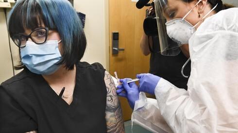 La enfermera de Nueva York Melissa Harting recibe una inyección durante el ensayo de fase 3 de Moderna.