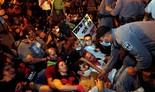 Manifestantes se niegan a abandonar el área durante las protesta contra Netanyahu en Jerusalem.