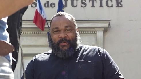 Dieudonne M'Bala M'Bala saliendo de un tribunal francés tras una audiencia de su juicio por mensajes y comentarios antisemitas.