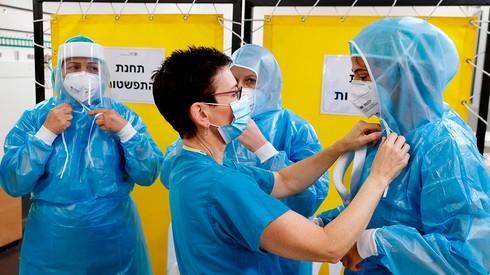 Cuerpos médicos se visten con el equipo de protección personal.