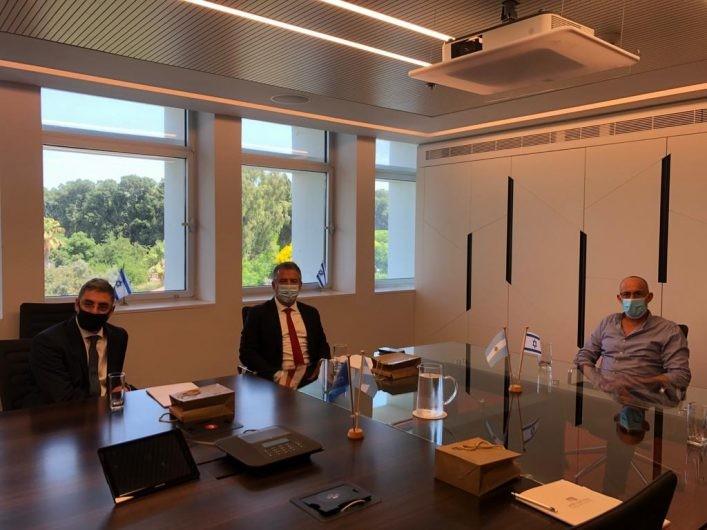 El embajador argentino Sergio Urribarri durante su visita al Instituto Weizmann en Rehovot.
