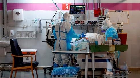 Equipos médicos tratan un paciente con COVID-19 en el Centro Médico Sheba.