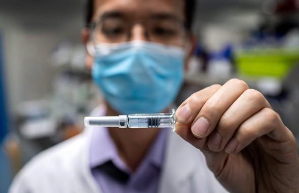 Un investigador de laboratorio sosteniendo una posible vacuna para Covid-19.