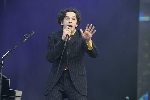 Matthew Healy, cantante de The 1975, uno de los firmantes de la carta abierta contra el antisemitismo.