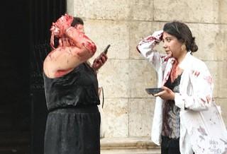 Mujeres heridas tras la explosión en el puerto de Beirut.