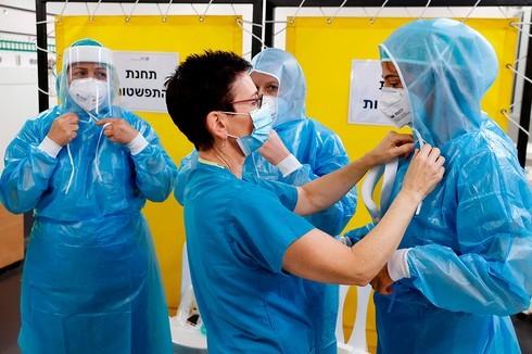 Los equipos médicos se colocan sus imprescindibles equipos de protección personal para atender pacientes con coronavirus.
