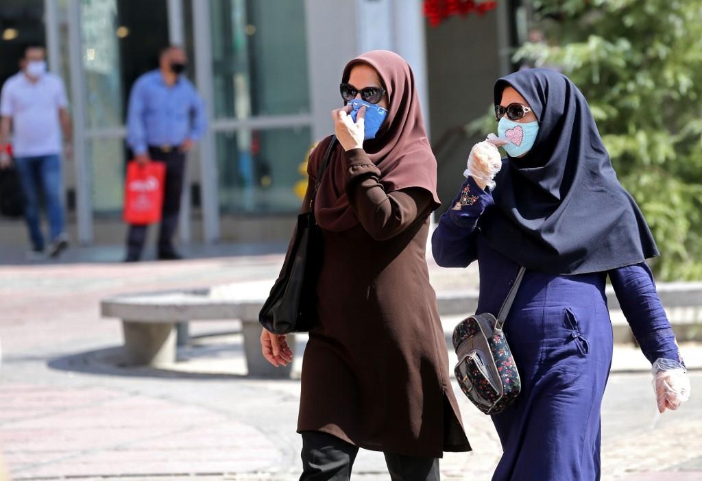 Dos mujeres iraníes con máscaras de protección en Teherán.
