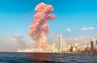 Vista panorámica del momento de la explosión en Beirut.