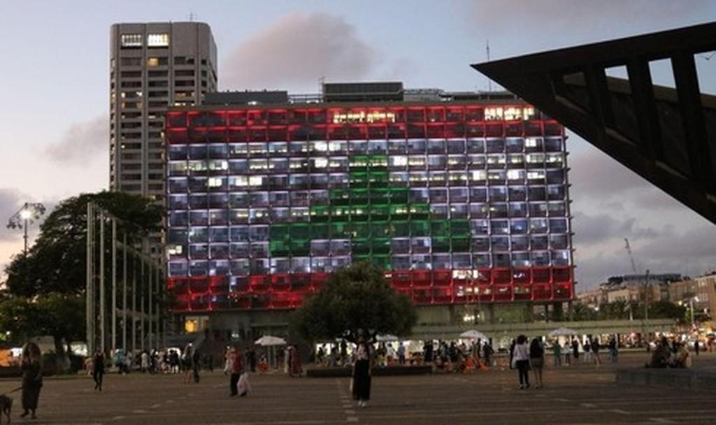 El edificio del Ayuntamiento de Tel Aviv iluminado con los colores de la bandera libanesa.
