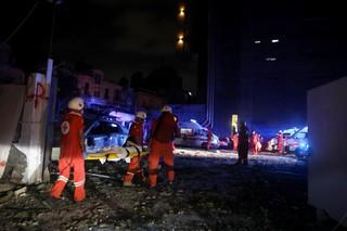 Tareas de rescate en horas de la noche tras la explosión en el Líbano.