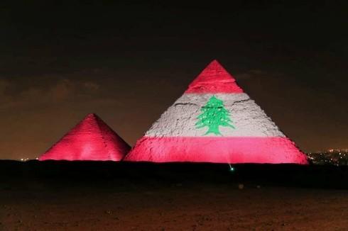 Las pirámides de Egipto iluminadas con la bandera del Líbano. Esta noche también lo hará la Municipalidad de Tel Aviv.