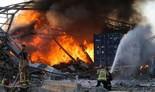 Bomberos luchan contra el fuego tras la explosión.
