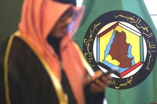 Un hombre frente al estandarte del Consejo de Cooperación del Golfo en Kuwait.