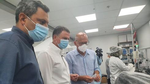Yuli Edelstein durante su visita a la fábrica de mascarillas el martes.