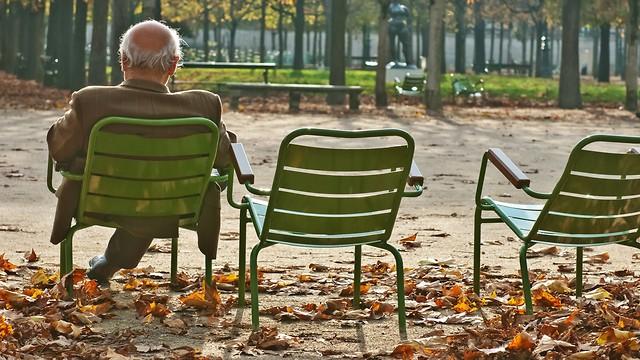 No solo las personas mayores sufren la soledad.