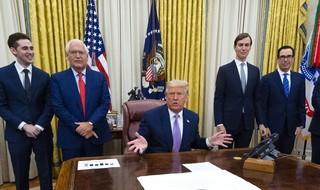 El presidente de Estados Unidos, Donald Trump, anunció el acuerdo rodeado de diplomáticos de ambos países.