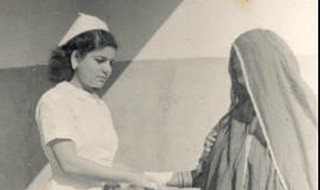 Esther Katzav antes de emigrar a Israel, trabajando como enfermera en Bahréin.