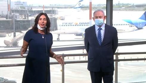 O Ministro dos Transportes, Miri Regev, ao lado de Netanyahu no aeroporto Ben Gurion.