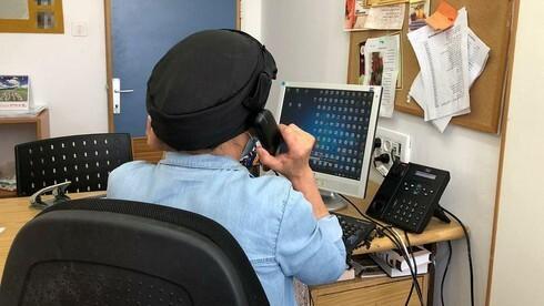 Una investigadora del Ministerio de Salud lleva a cabo tareas de rastreo epidemiológico.