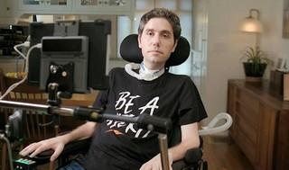 """Adi Barkan vistiendo una camiseta con el lema de la campaña que lidera: """"Sé un héroe""""."""