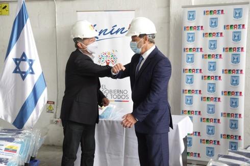 Zeev Harel, embajador israelí, haciendo entrega de los kits al ministro ecuatoriano Juan Carlos Zevallos.
