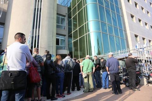 Largas filas en una oficina de empleo en Holón.
