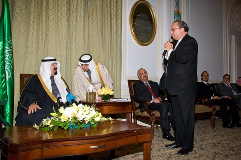El rabino Marc Schneier se dirige al rey Abdullah de Arabia Saudita durante un encuentro en Nueva York.