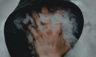 Joven consumido por el humo.