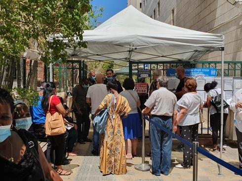 Israelíes hacen cola en las oficinas del Instituto Nacional de Seguros en Petah Tikva.