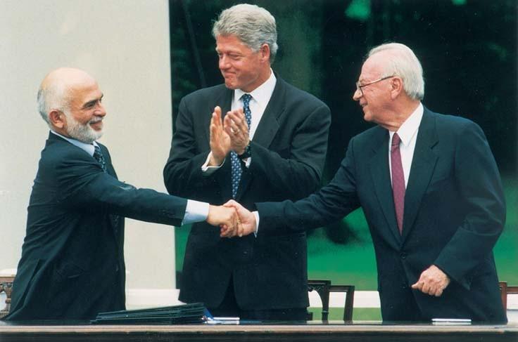 El rey Hussein de Jordania, el presidente estadounidense Bill Clinton y el primer ministro Yitzhak Rabin en la firma del tratado de paz en la Casa Blanca, el 25 de julio de 1994.